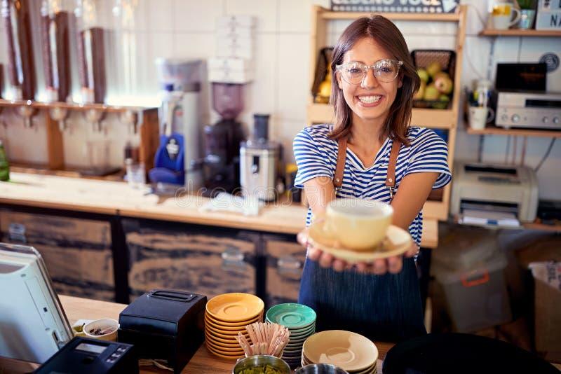 Donna nel cliente del servizio del caffè con caffè fotografie stock libere da diritti