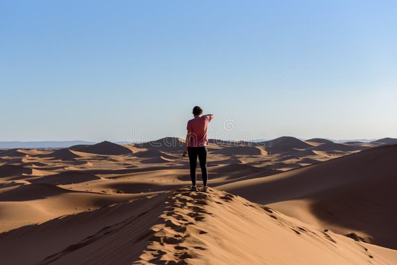 Donna nel deserto del Sahara nel Marocco immagine stock