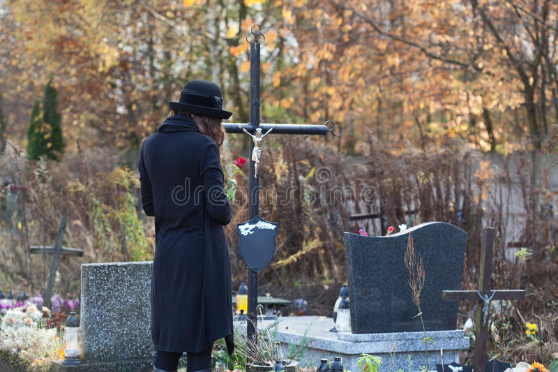 Donna nel dolore al cimitero immagini stock libere da diritti
