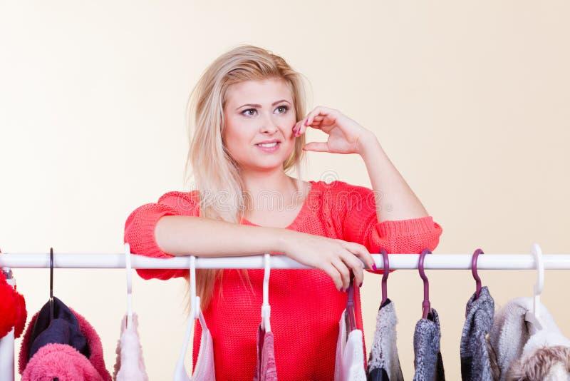 Donna nel guardaroba di inverno che decide che usura immagini stock libere da diritti