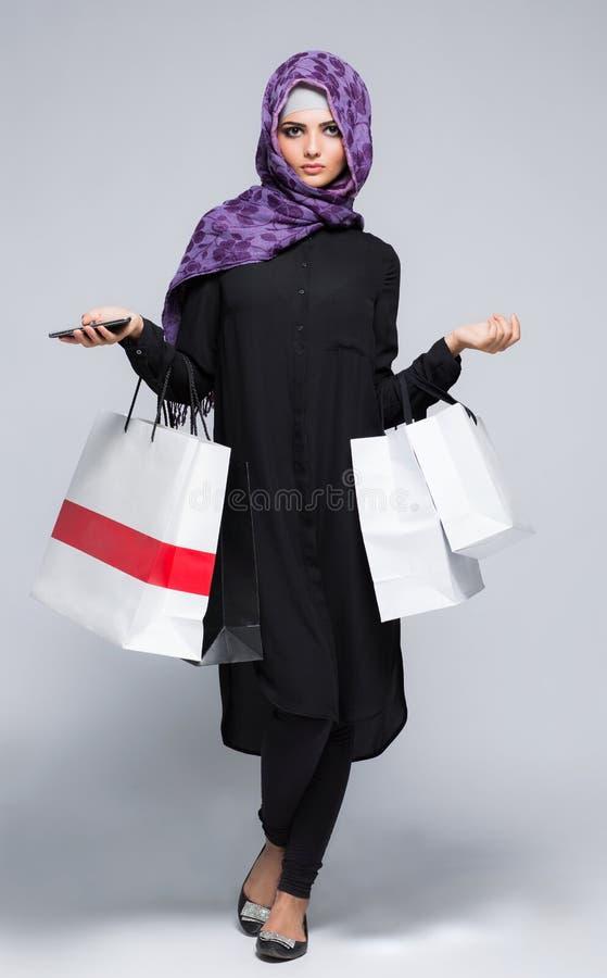 Donna nel hijab musulmano della sciarpa fotografia stock