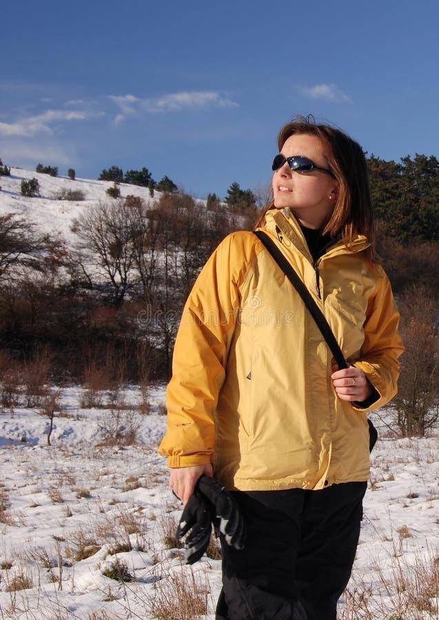 Donna nel paese della neve immagini stock libere da diritti