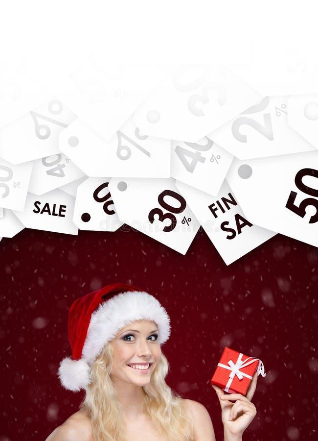 Donna nel prezzo speciale di offerta del cappuccio di Natale sul regalo fotografia stock