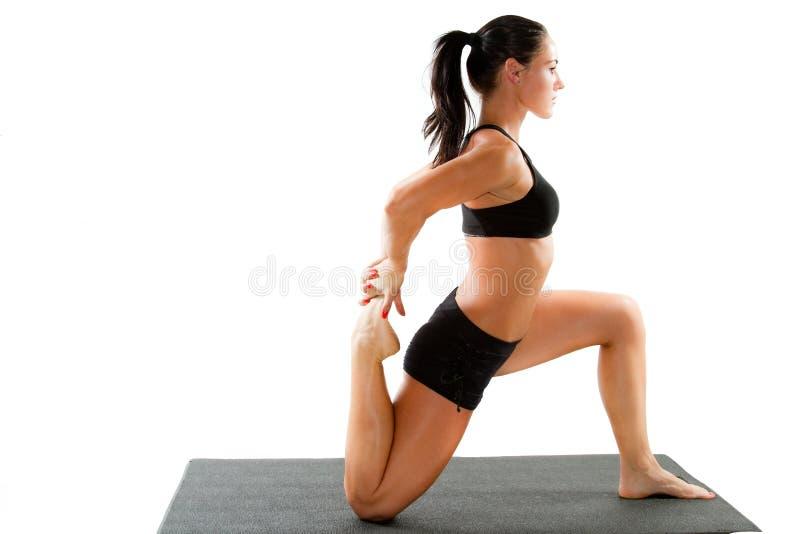Donna nel reggiseno di sport sulla posa di yoga fotografia stock