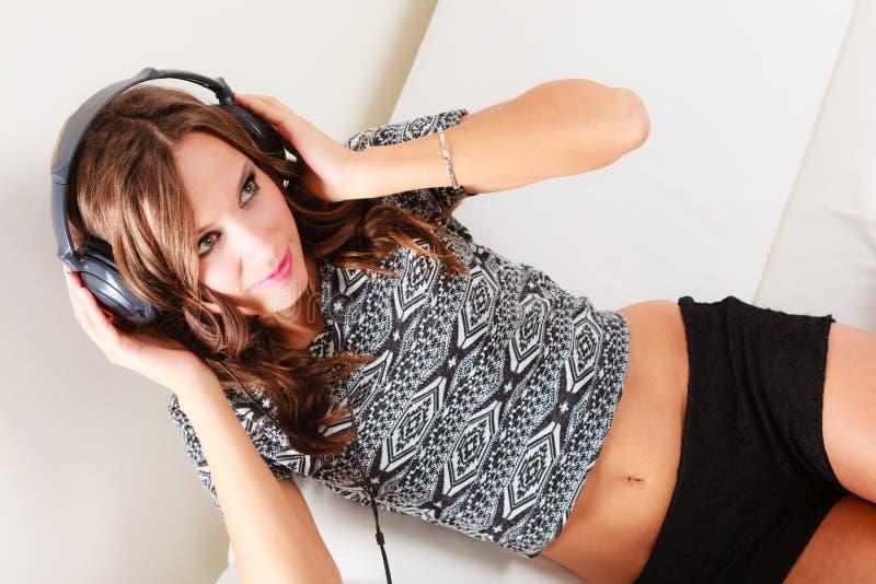 Donna nel rilassamento d'ascolto del mp3 di musica delle cuffie fotografia stock libera da diritti