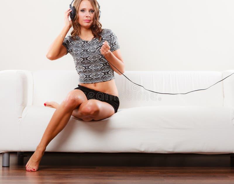 Donna nel rilassamento d'ascolto del mp3 di musica delle cuffie immagine stock