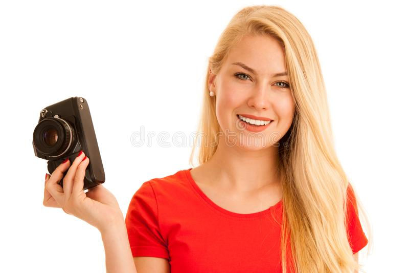 Donna nel rosso con una retro macchina fotografica isolata sopra fondo bianco fotografia stock libera da diritti