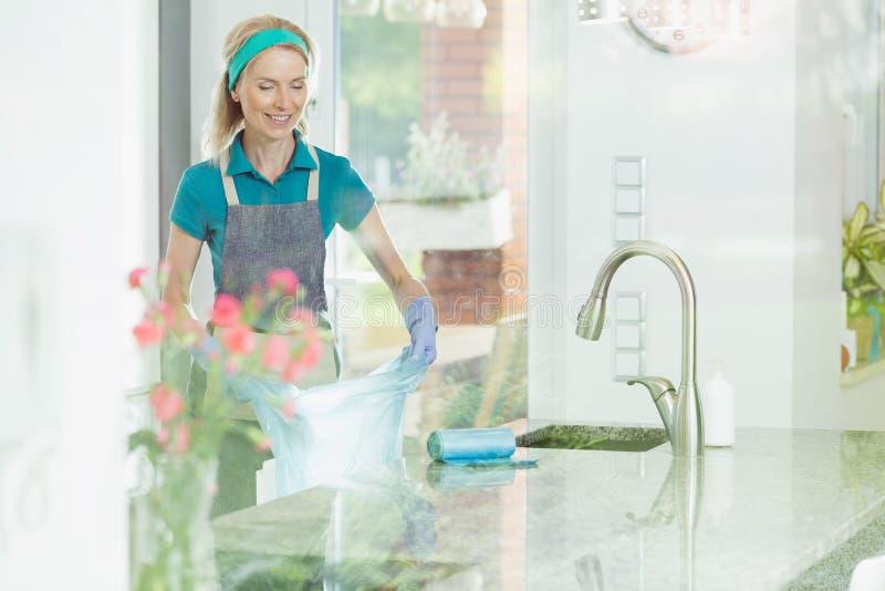 Donna nel servizio di pulizia della casa fotografie stock libere da diritti