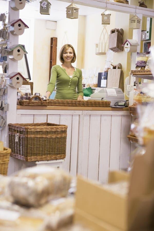 Donna nel sorridere della memoria del birdhouse fotografia stock libera da diritti