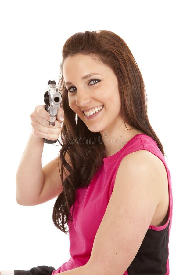 Donna nel tanktop con il sorriso della pistola immagine stock