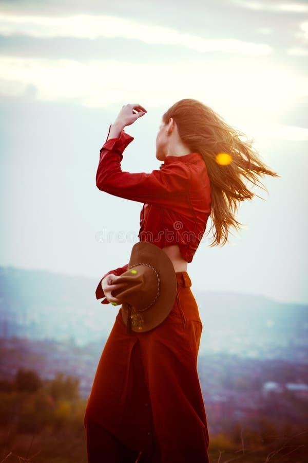 Donna nel vento fotografie stock