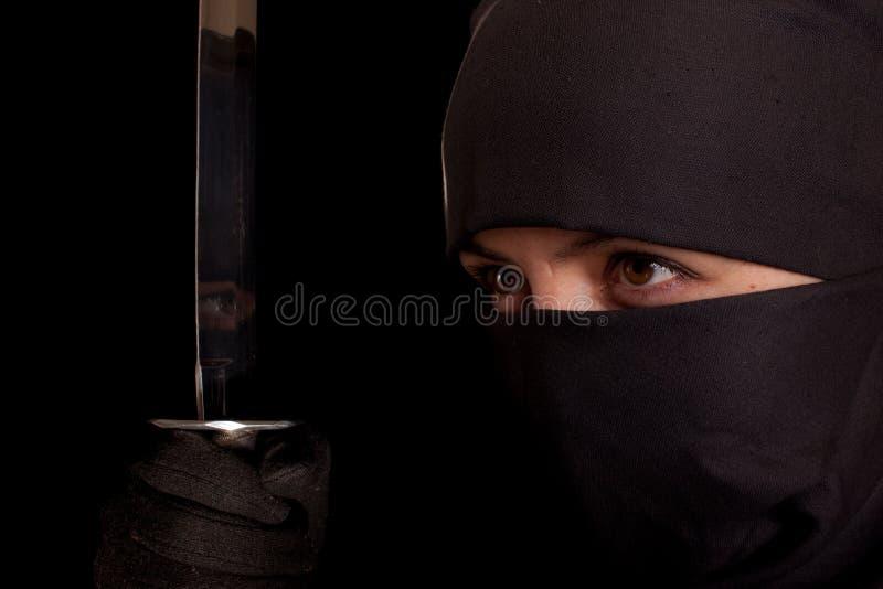 Donna nel vestito di ninja fotografia stock libera da diritti