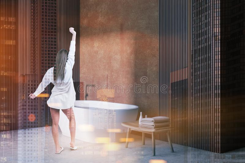 Donna nell'angolo, nella vasca e nella sedia beige del bagno fotografie stock libere da diritti