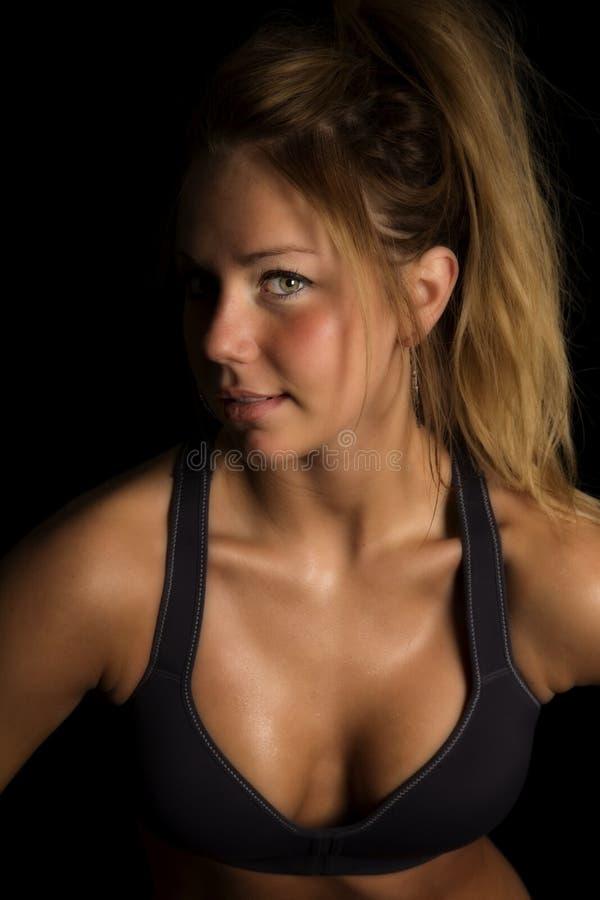Donna nell'occhio di sguardo da vicino uno del reggiseno di sport del nero fotografia stock libera da diritti