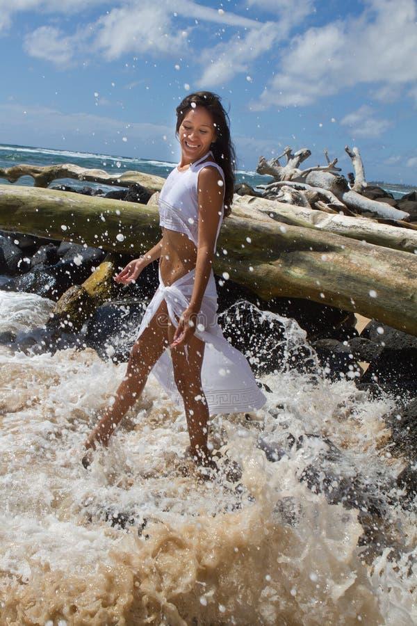 Donna nell'oceano immagine stock libera da diritti