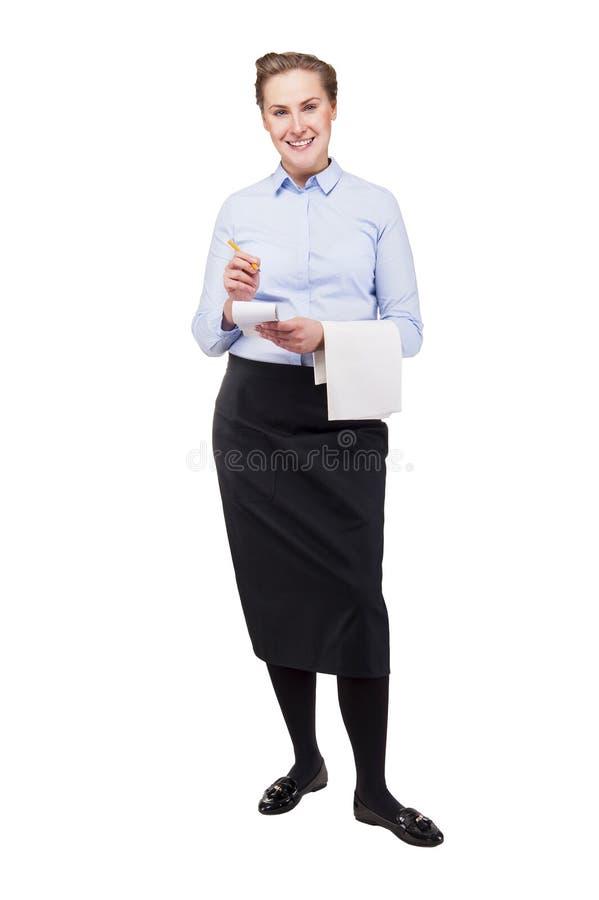 Donna nell'ordine di presa uniforme del cameriere, sorridendo, isolata su bianco fotografia stock