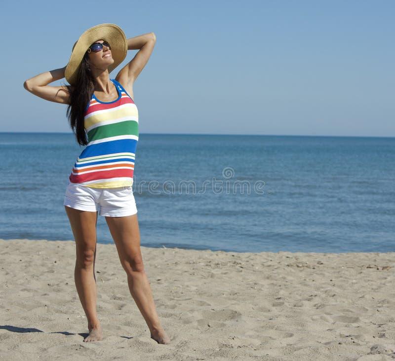 Donna nell'usura della spiaggia immagini stock