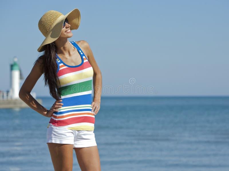 Donna nell'usura della spiaggia fotografia stock libera da diritti