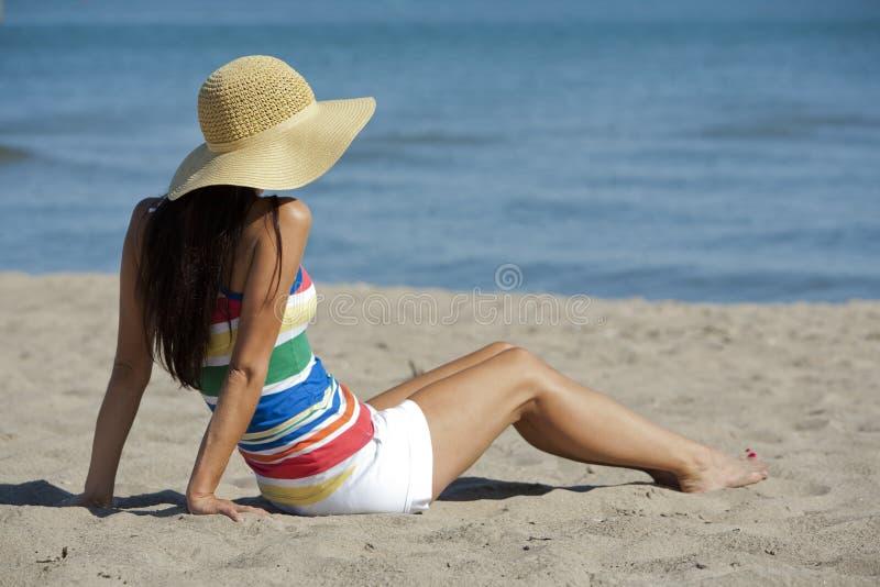 Donna nell'usura della spiaggia immagine stock