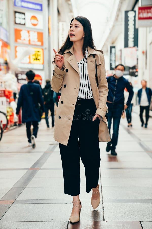 Donna nella camminata casuale astuta del vestito allegra immagini stock libere da diritti