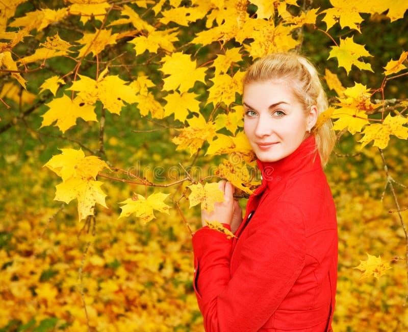 Donna nella foresta di autunno fotografie stock