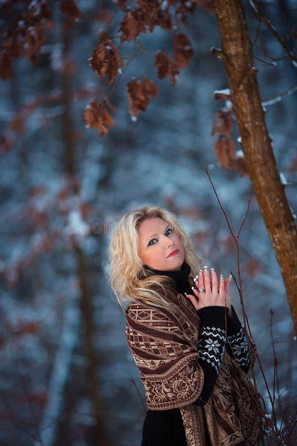 Donna nella foresta di inverno della neve