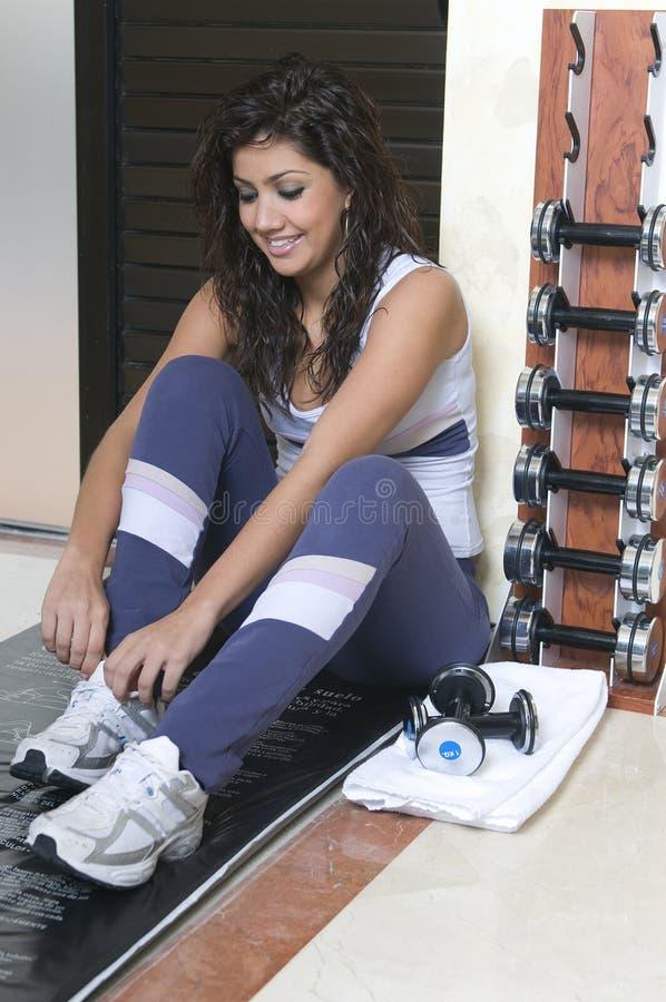 Donna nella ginnastica e nel peso immagine stock