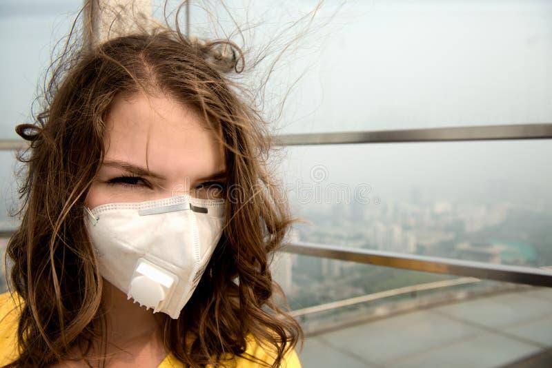 Donna nella maschera medica contro l'inquinamento atmosferico immagini stock