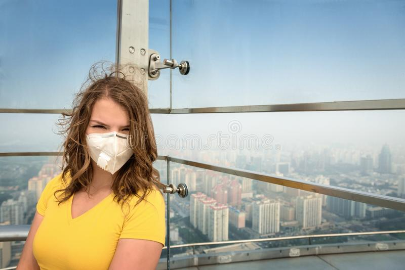 Donna nella maschera medica contro l'inquinamento atmosferico immagine stock libera da diritti