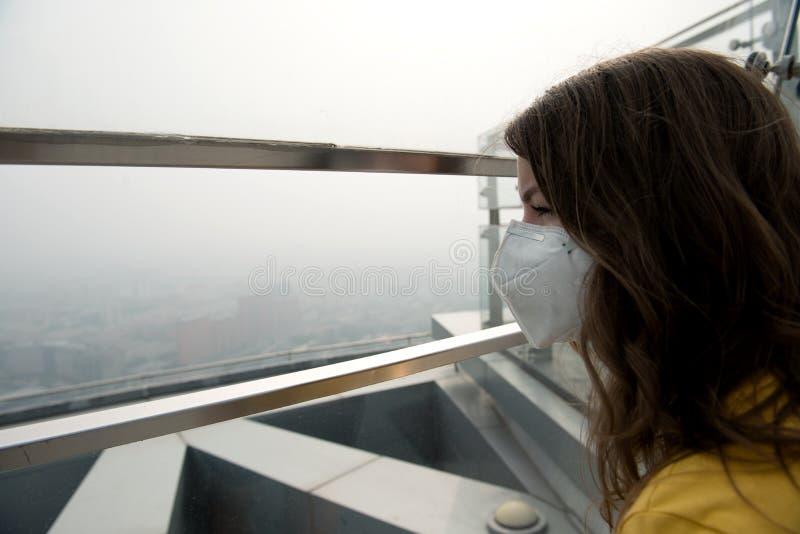 Donna nella maschera medica contro l'inquinamento atmosferico fotografie stock