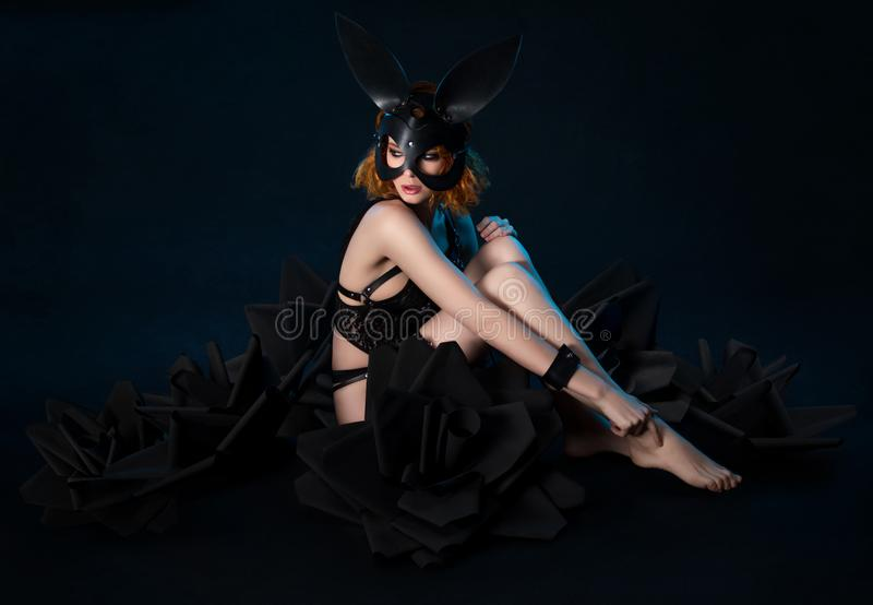 Donna nella maschera nera del coniglio e della biancheria fotografie stock libere da diritti