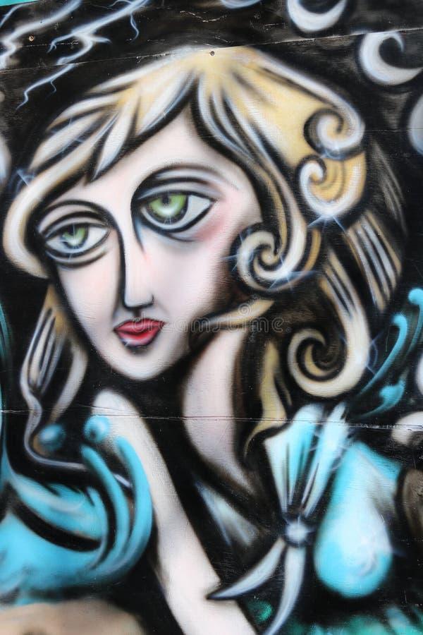 Donna nella parete immagine stock libera da diritti
