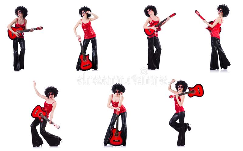 Donna nella parrucca di afro che gioca chitarra fotografia stock