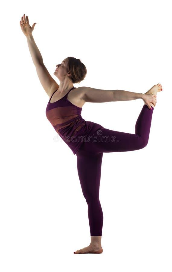 Donna nella posa del ballerino di Nataradjasana su bianco fotografia stock