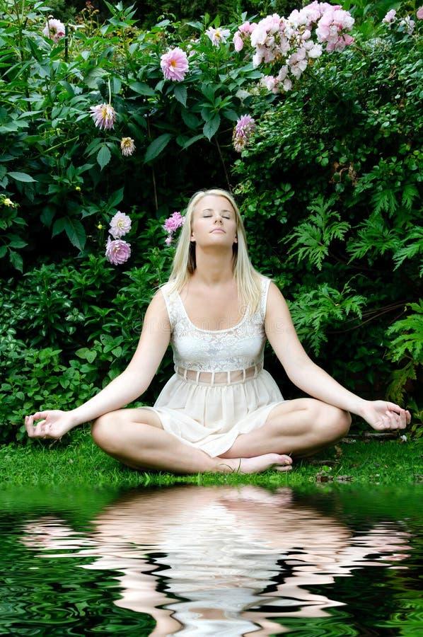 Donna nella posa di meditazione immagine stock libera da diritti