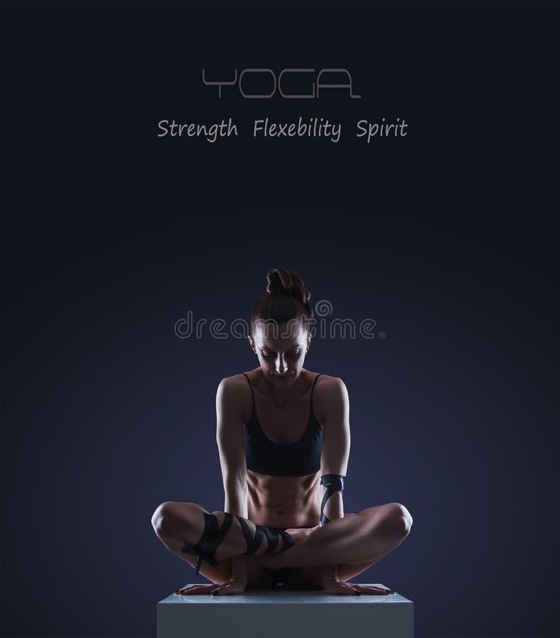 Donna nella posa di yoga del gallo fotografia stock