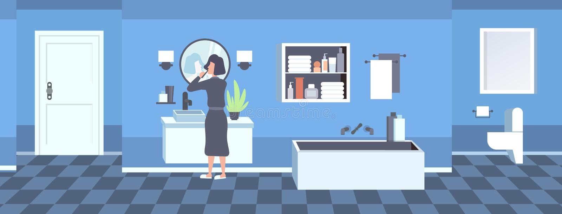 Donna nella ragazza di spazzolatura di retrovisione dei denti dell'accappatoio che esamina orizzontale piano interno del bagno mo illustrazione vettoriale