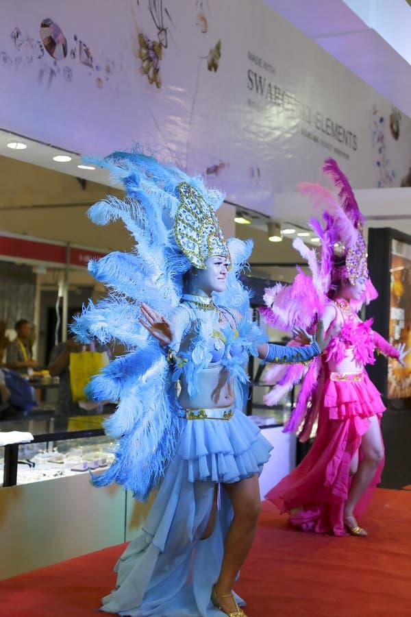 Donna nella samba blu di salto immagine stock libera da diritti