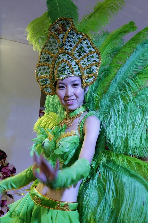 Donna nella samba verde di salto fotografie stock libere da diritti