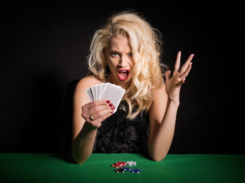 Donna nella scossa circa la sua piattaforma terribile in gioco del poker fotografia stock