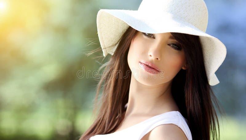 Donna nella sosta di estate. fotografie stock