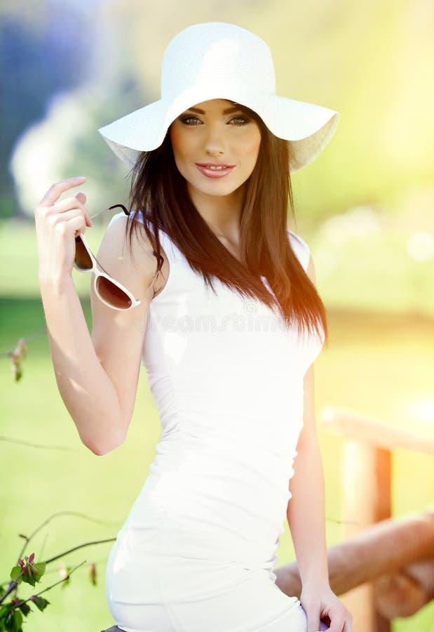 Donna nella sosta di estate. fotografie stock libere da diritti