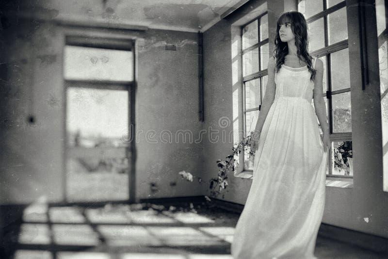 Donna nella stanza terrificante d'annata immagini stock