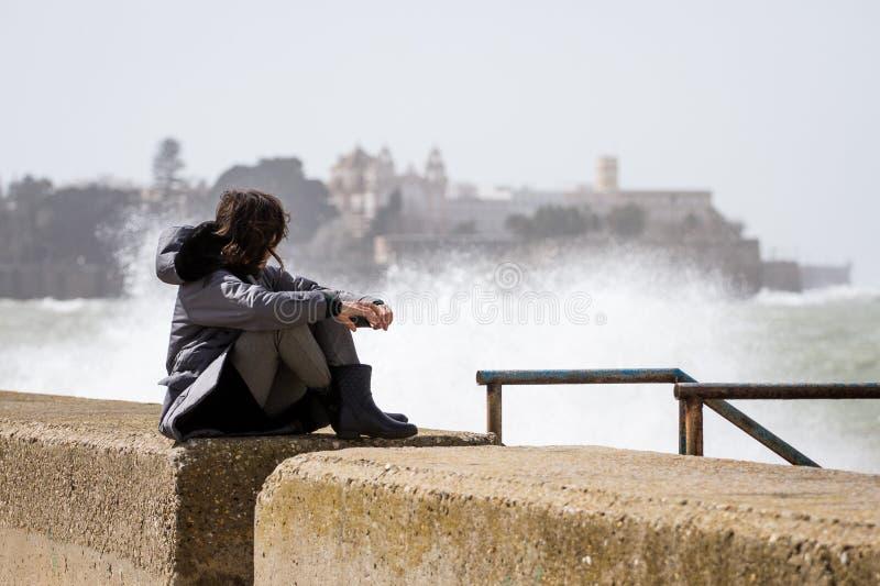 Donna nella tempesta a Cadice fotografia stock libera da diritti