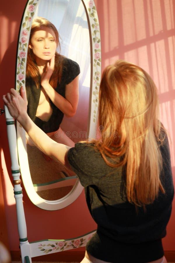 Donna nello specchio immagini stock libere da diritti