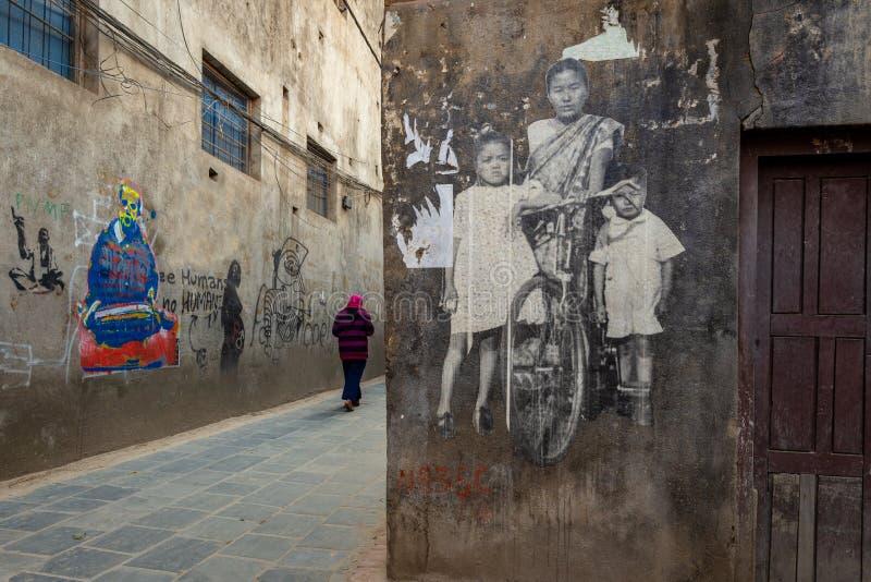 Donna nepalese che cammina su uno stretto immagini stock
