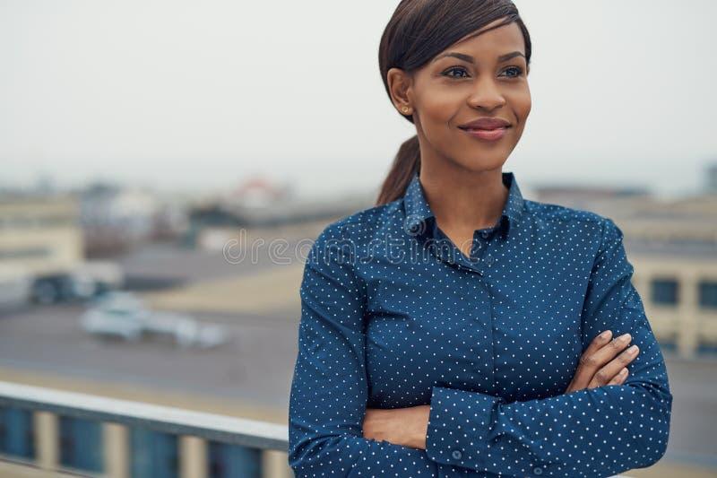 Donna nera amichevole sicura di affari fotografia stock libera da diritti