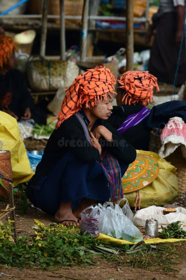 Donna nera della tribù di Karen al mercato settimanale Villaggio di Thaung Tho Lago Inle myanmar fotografia stock