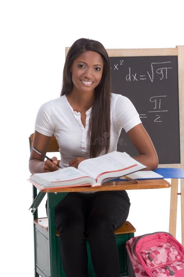 Donna nera dello studente di college che studia l'esame di per la matematica immagine stock