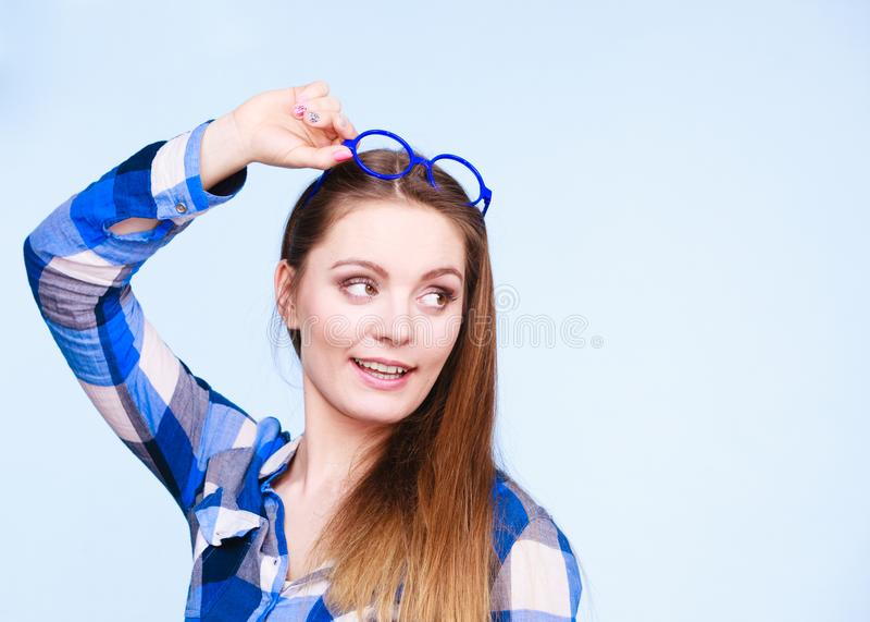 Donna nerd attraente in vetri strani sulla testa fotografie stock